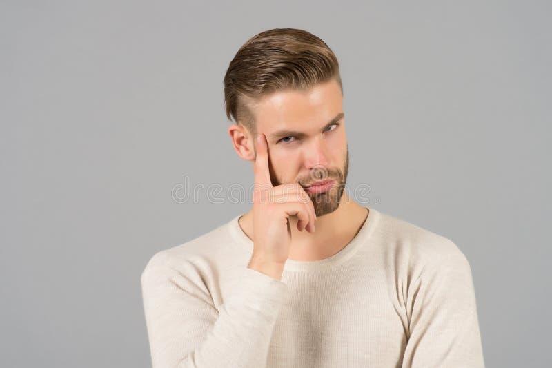 Человек с бородой на думая стороне Бородатый человек с светлыми волосами Skincare и салон парикмахера Фотомодель на серой предпос стоковое изображение rf