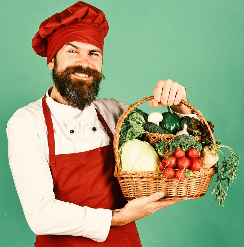 Человек с бородой на зеленой предпосылке Кашевар с счастливой стороной стоковое изображение rf