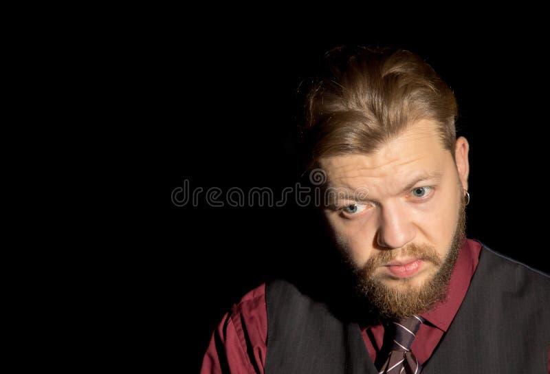 Человек с бородой на черной предпосылке стоковое фото rf