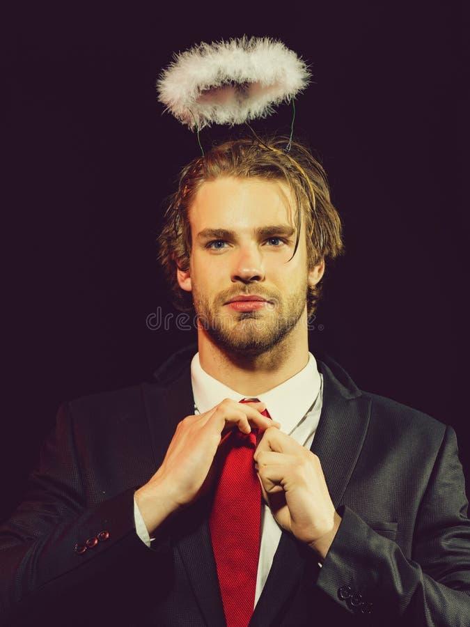 Человек с венчиком белого пера над головой стоковая фотография rf