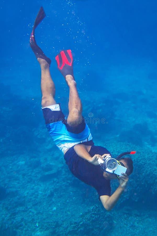 Человек с видеокамерой подводной стоковое изображение rf
