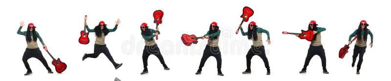 Человек с гитарой в музыкальной концепции на белизне стоковое фото