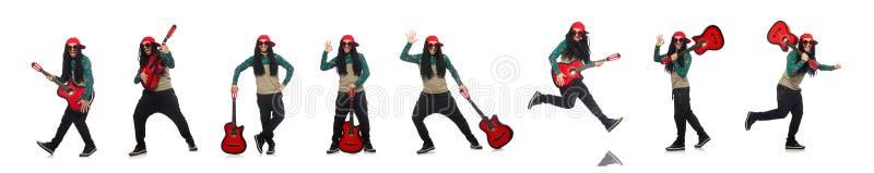 Человек с гитарой в музыкальной концепции на белизне стоковые фотографии rf