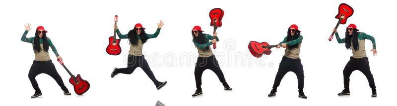 Человек с гитарой в музыкальной концепции на белизне стоковая фотография rf