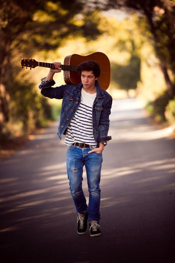Человек с гитарой стоковые фотографии rf