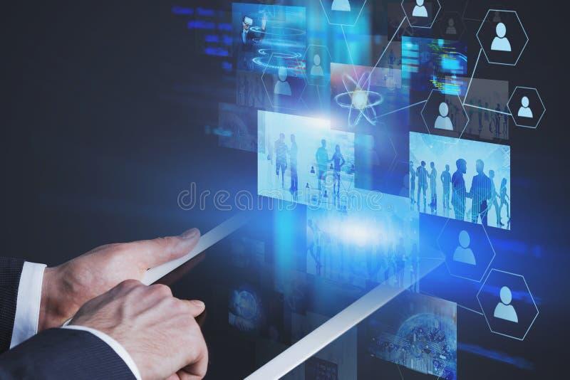 Человек с деятельностью планшета с виртуальными экранами стоковая фотография rf