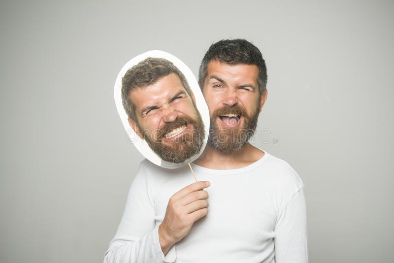 Человек с длинной бородой на подмигивать и сердитый nameplate стороны стоковое фото