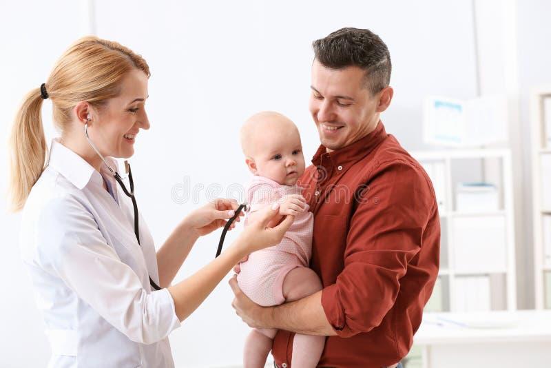 Человек с доктором его детей младенца посещая стоковые изображения rf