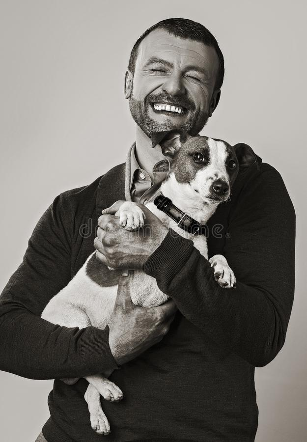 Человек с изображением собаки ретро в sepia стоковое изображение