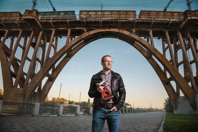 Человек с камерой в городе стоковое изображение