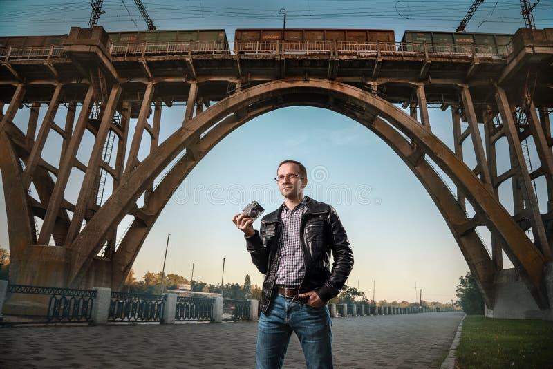 Человек с камерой в городе стоковые фотографии rf