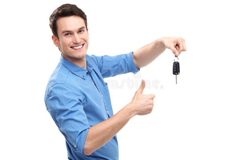 Человек с ключами и большими пальцами руки автомобиля вверх стоковые изображения rf
