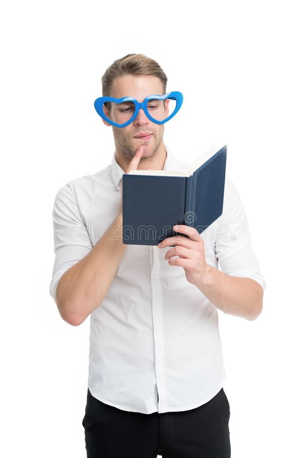Человек с книгой Исследование крепко Литература улучшения собственной личности Студент университета с примечаниями лекции Парень  стоковое изображение