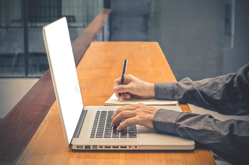 Человек с компьютером, тетрадью, шлемофоном, бумажной книгой бизнесмен с космосом экземпляра для входного сигнала текст с белым э стоковое изображение rf