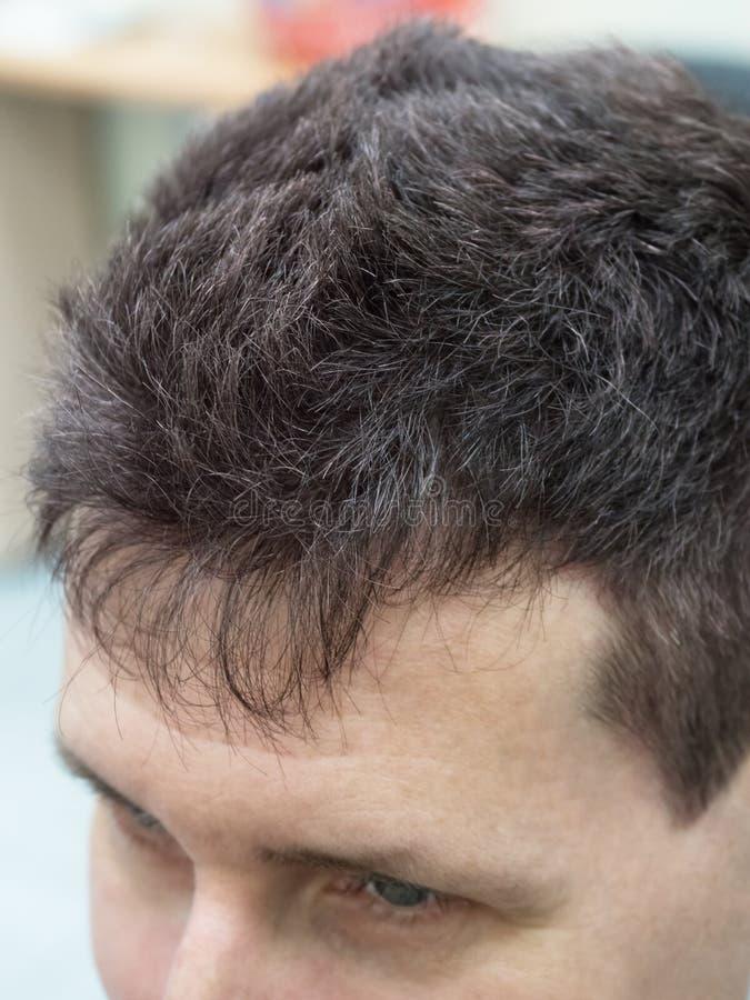 Человек с короткими, толстыми и серыми волосами стоковые фото