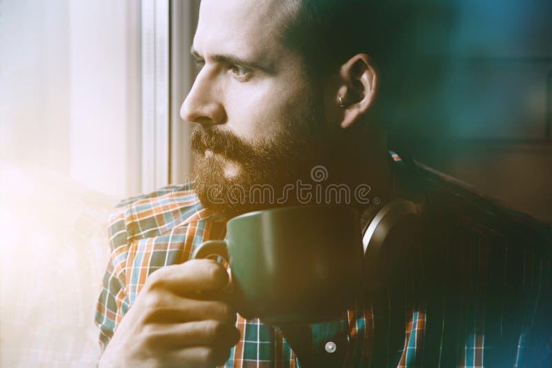 Человек с кофе или чаем утра стоковые фото