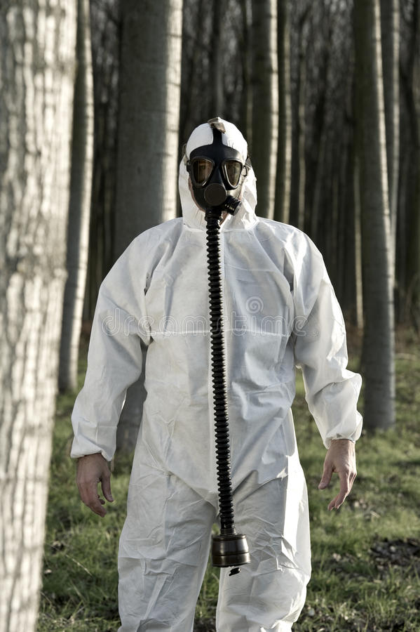 Человек с маской противогаза стоковая фотография