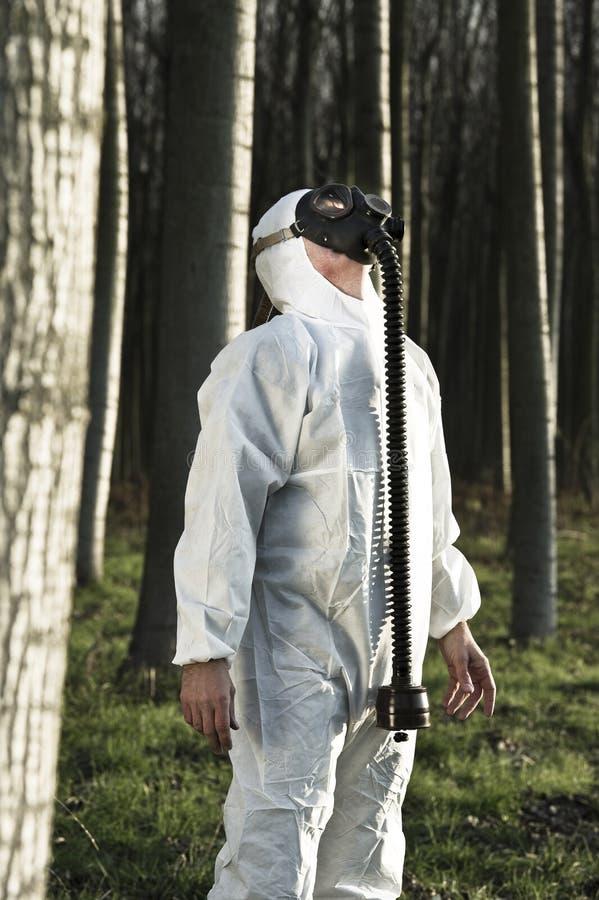 Человек с маской противогаза стоковое фото rf