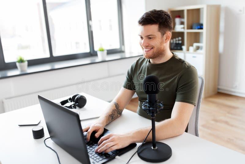 Человек с офисом ноутбука и микрофона дома стоковые фотографии rf
