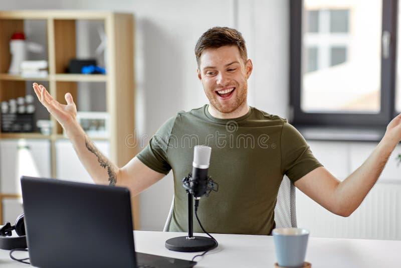 Человек с офисом ноутбука и микрофона дома стоковое изображение