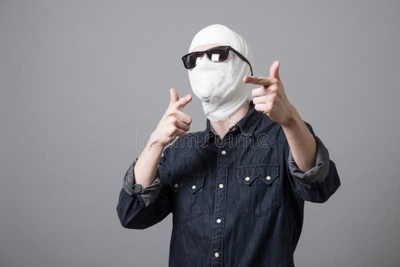 Человек с повязкой на его голове стоковое фото rf