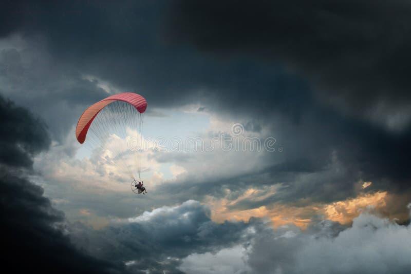 Человек с приведенным в действие парашютом стоковое фото