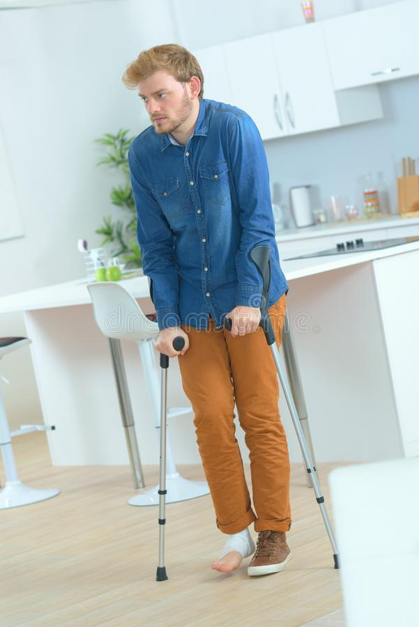 Человек с реабилитацией костылей после ушиба стоковая фотография rf