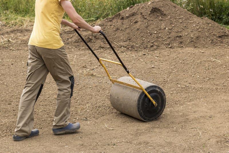 Человек с роликом почвы стоковая фотография rf