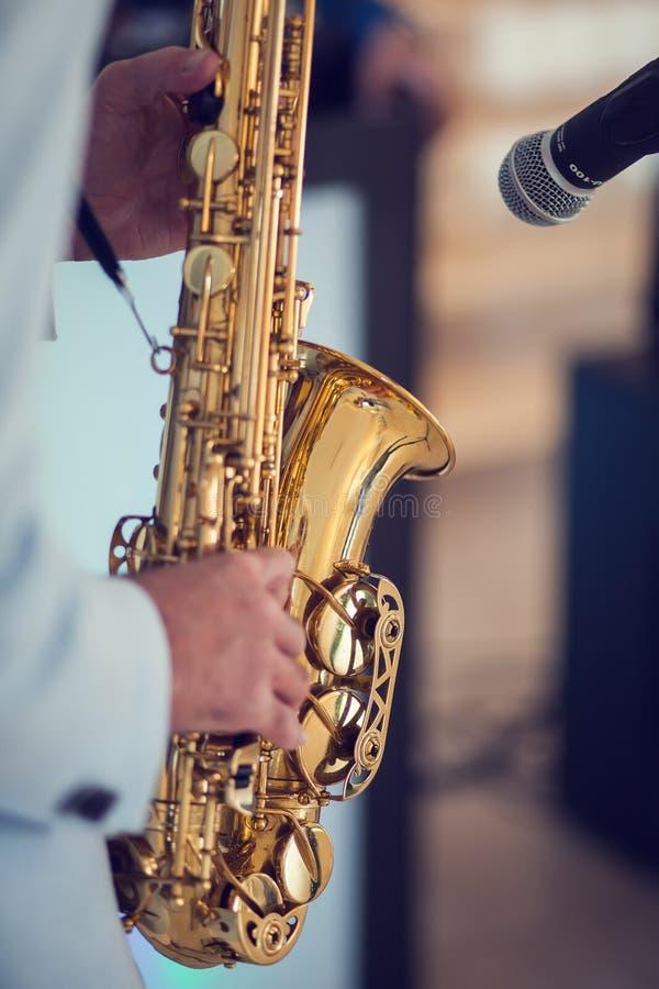 Человек с саксофоном стоковое изображение rf