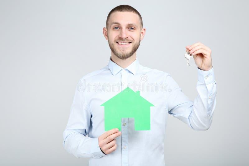 Человек с серебряными ключами и домом бумаги стоковая фотография rf