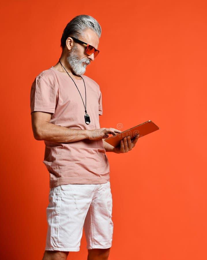 Человек с серой бородой и стильной стрижкой носит солнечные очки стоковые фотографии rf