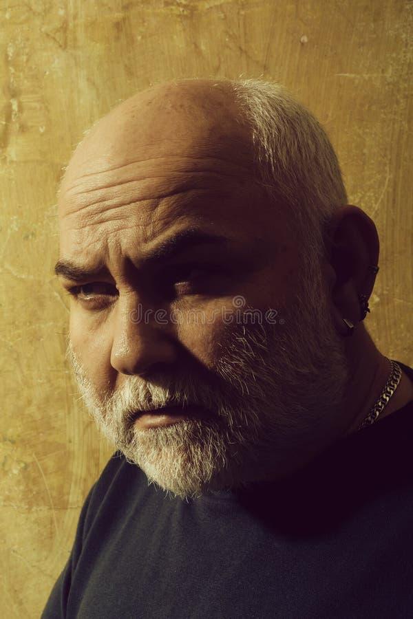 Человек с серой бородой и усик на старой стороне стоковые изображения rf