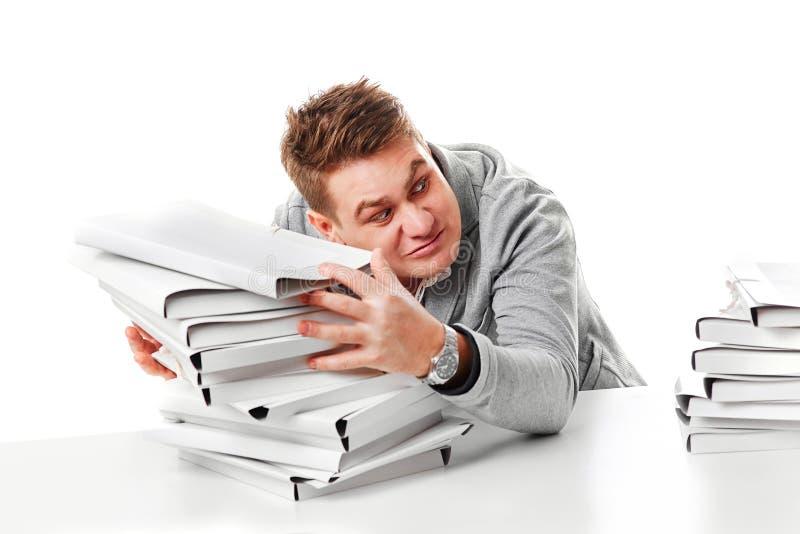 Человек с слишком много работы, который нужно сделать На белой предпосылке стоковые изображения rf