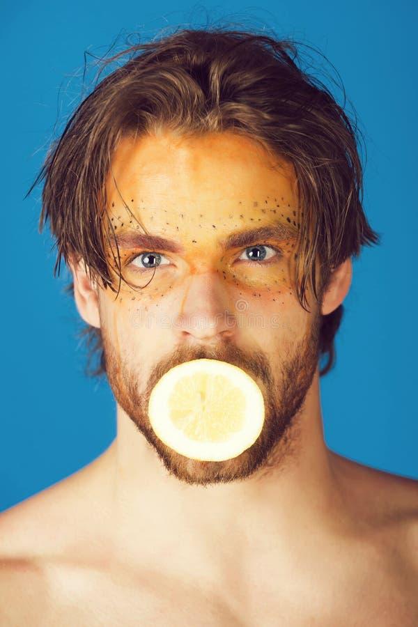 Человек с творческим модным лимоном владением макияжа, витамином стоковые фотографии rf