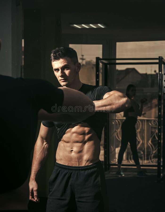 Человек с торсом, мышечным мачо и его отражением в предпосылке зеркала Спортсмен, спортсмен с взглядами мышц привлекательными стоковые изображения