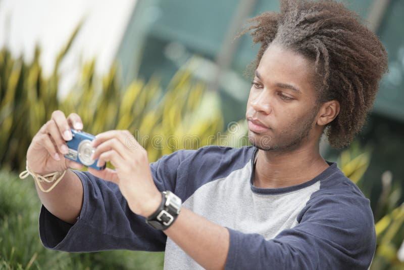 Человек с цифровой фотокамера стоковые фото