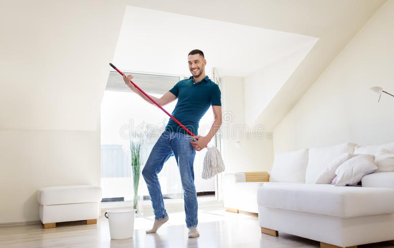 Человек с чисткой mop и ведра справляется дома стоковое изображение rf