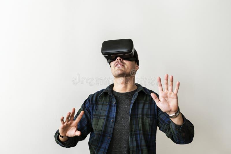 Человек с шлемофоном VR стоковые фото