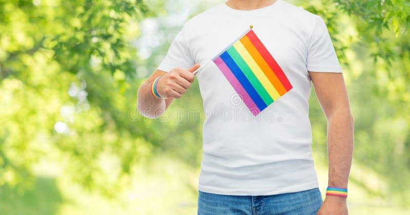 Человек с wristbands флага и гей-парада радуги стоковые изображения