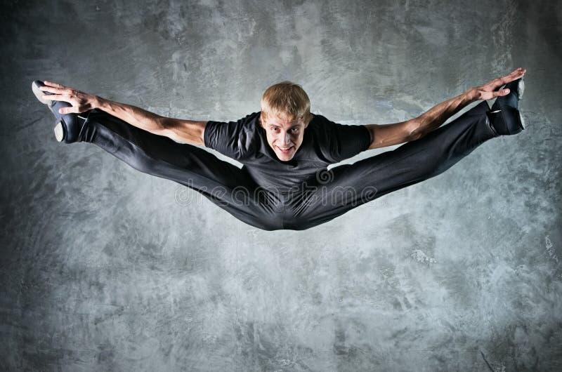 человек танцора высокий скача вверх по детенышам стоковое изображение rf