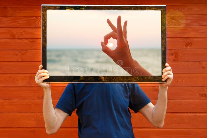 Человек ТВ ТВ вместо головы стоковое фото rf