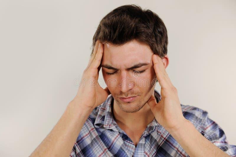 Человек терпя от головной боли стоковые фотографии rf