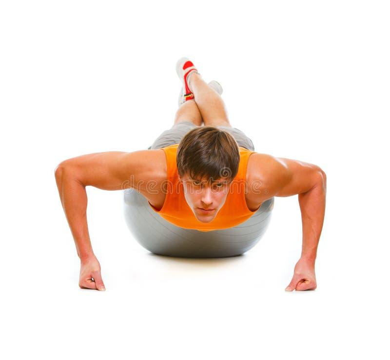 человек тренировки шарика здоровый делая нажимает вверх стоковое изображение