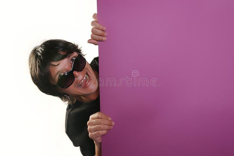 человек удерживания афиши стоковое изображение rf