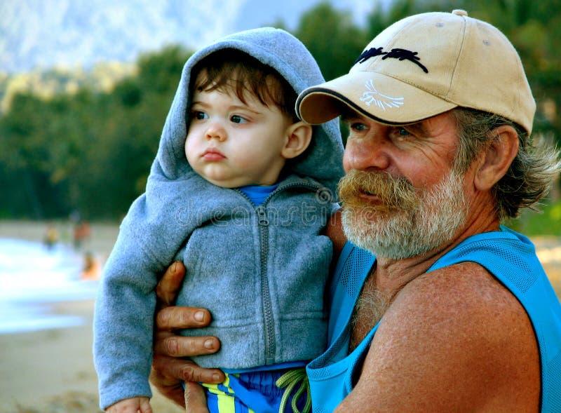 человек удерживания внука стоковое фото rf