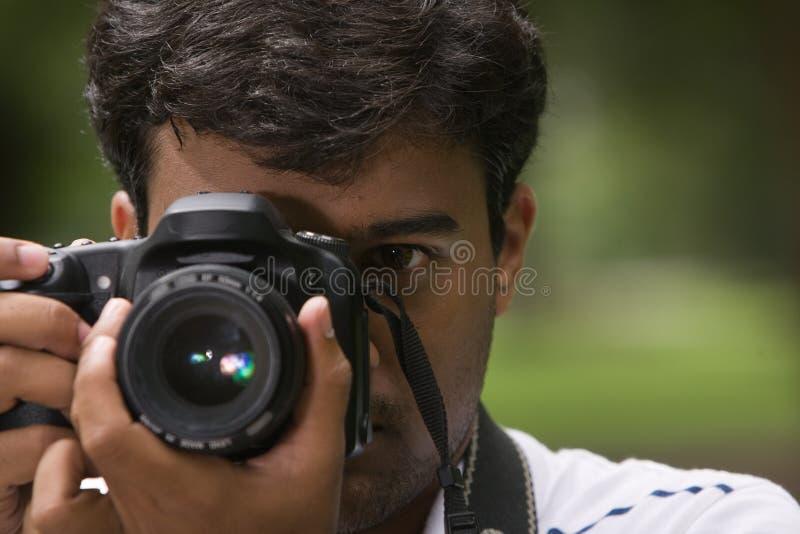 человек удерживания камеры близкий вверх стоковые фото
