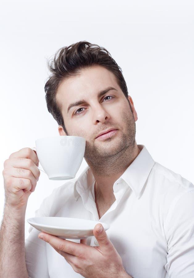 человек удерживания кофейной чашки стоковое изображение rf