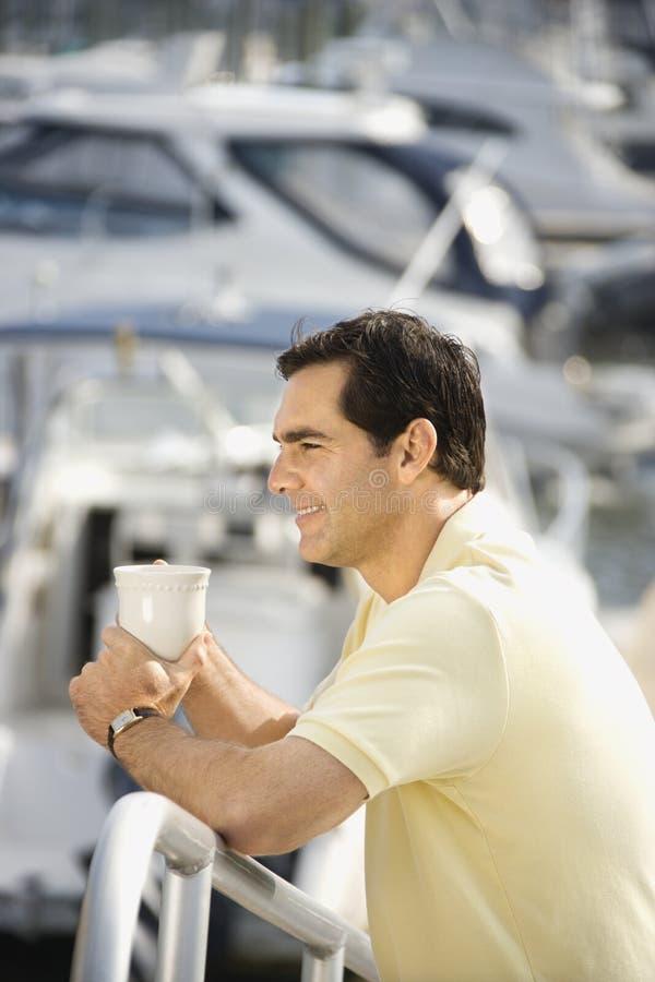 человек удерживания кофейной чашки стоковые изображения rf