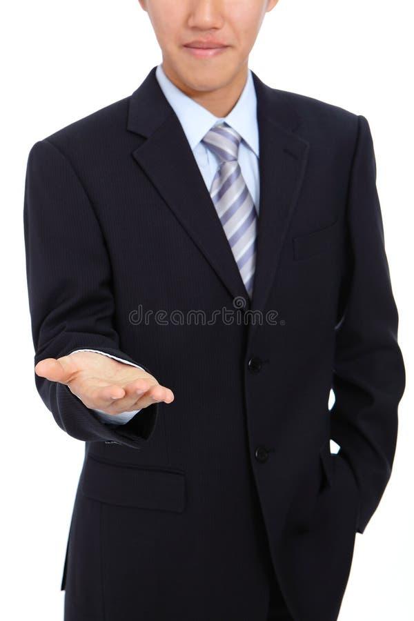 человек удерживания руки дела представляя детенышей стоковые фотографии rf
