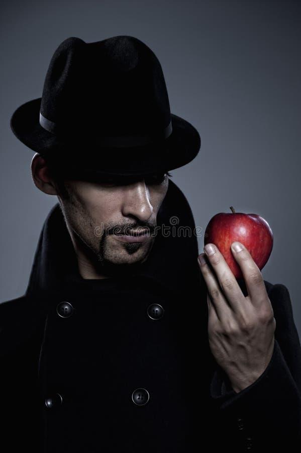 человек удерживания яблока загадочный стоковые фотографии rf